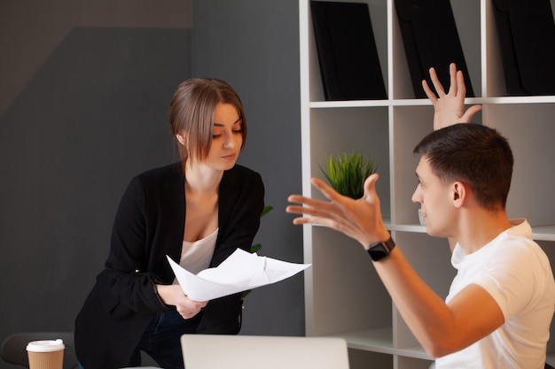 Un client en colère a un conflit avec le directeur de l'entreprise