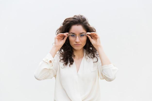Client confiant concentré essayant des lunettes