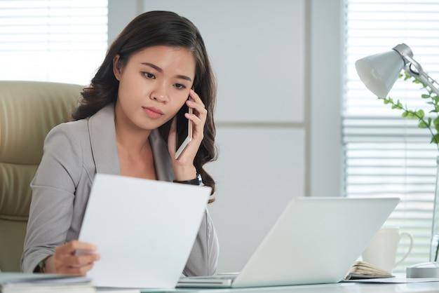 Client consultant au téléphone