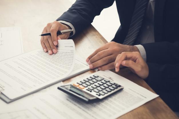Le client consulte l'agent, examine un accord sur le point de signer