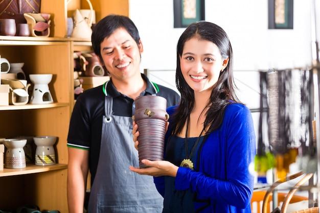 Client dans un magasin de poterie asiatique