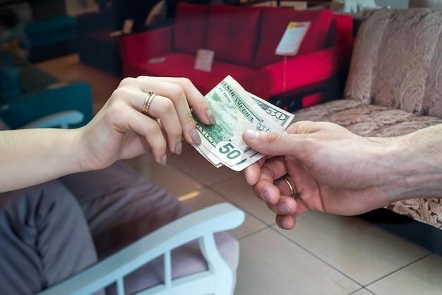 Client donnant un agent immobilier en dollars pour louer ou vendre un appartement neuf. rêver