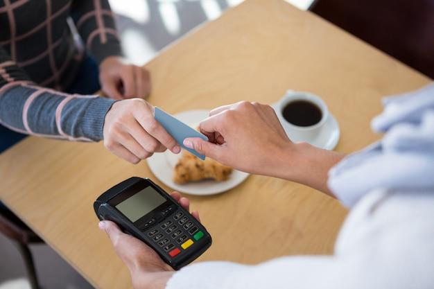 Client donnant une carte de crédit au serveur