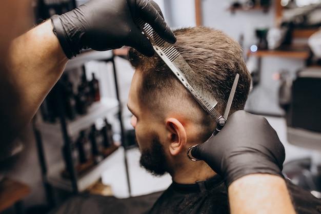 Client faisant les cheveux coupés dans un salon de coiffure