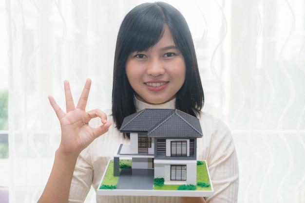 Le client ou la femme dit oui ou d'accord pour l'achat d'un nouveau concept de maison