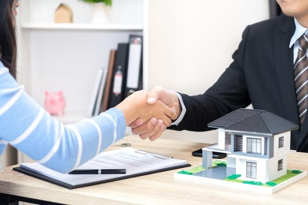 Le client ou la femme dit oui pour signer un contrat de prêt pour l'achat d'un nouveau concept de maison
