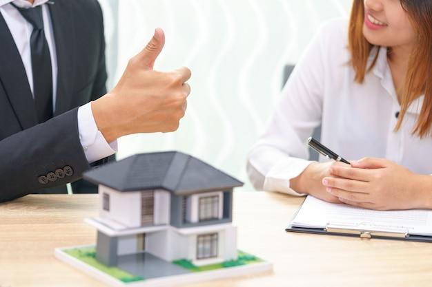 Le client ou la femme dit oui pour signer le contrat de prêt