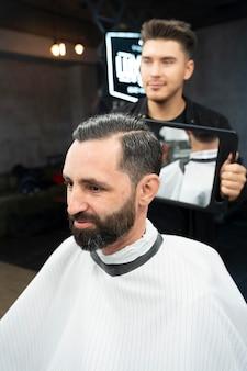 Client heureux et coiffeur coup moyen