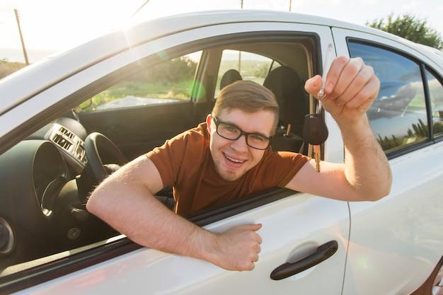 Un client heureux vient d'acheter une voiture chez un concessionnaire automobile.