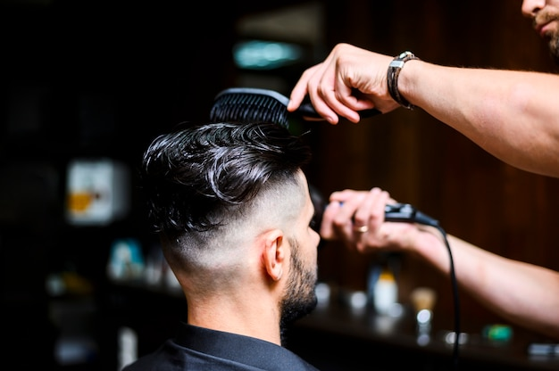 Client latéral au salon de coiffure