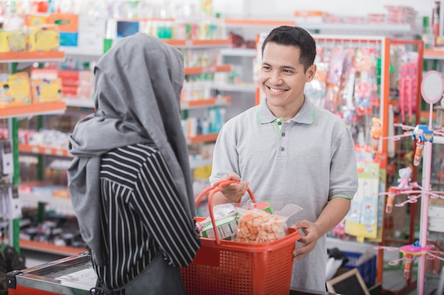 Client masculin souriant au commerçant