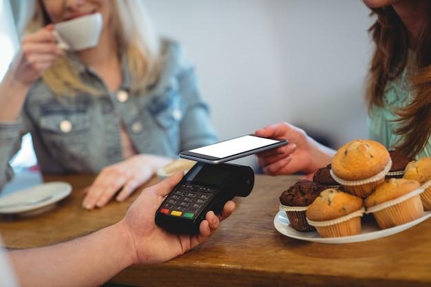 Client payant grâce à la technologie au café