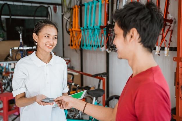 Client payant par carte de crédit lors de l'achat d'un vélo