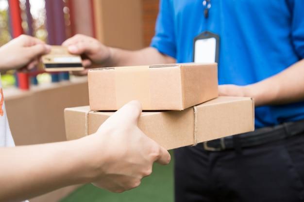 Client payant par carte de crédit pour l'expédition du produit et l'envoi à l'expéditeur