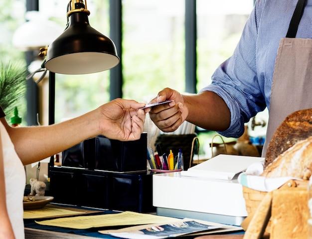 Client payant pour des produits de boulangerie par carte de crédit