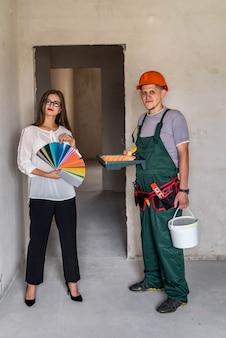 Client et peintre avec échantillon de couleur et outils de peinture