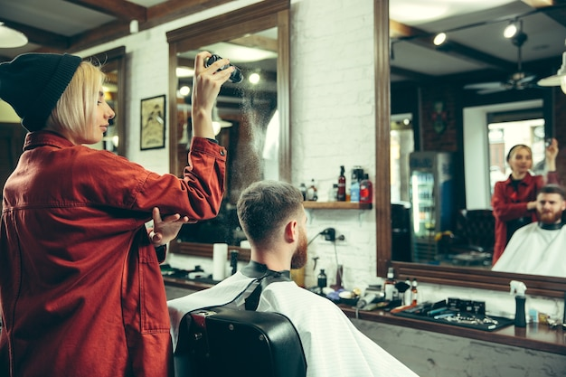 Client pendant le rasage de la barbe en salon de coiffure