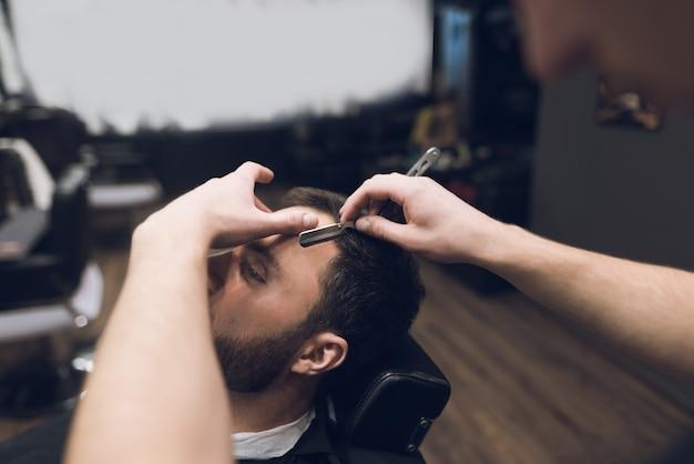 Client rasage rasé les mains des hommes