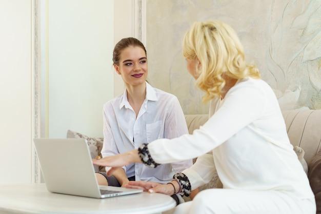 Client sur la réception du salon de beauté