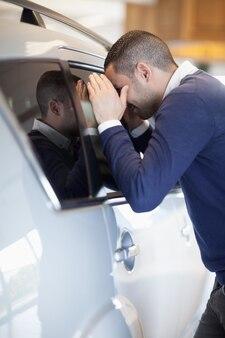 Client regardant à l'intérieur d'une voiture
