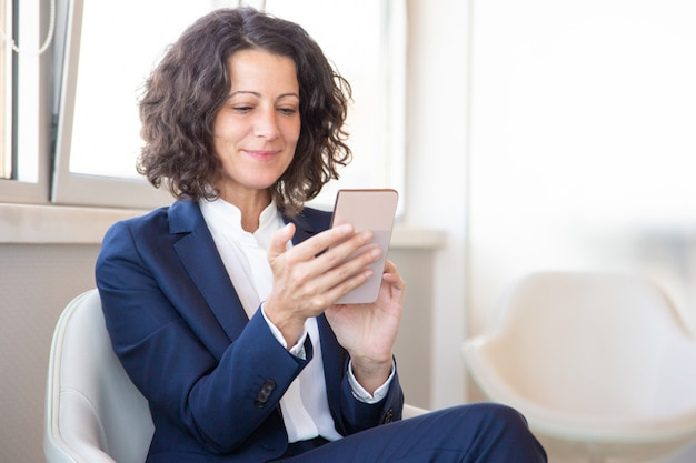 Client satisfait utilisant l'application mobile en ligne
