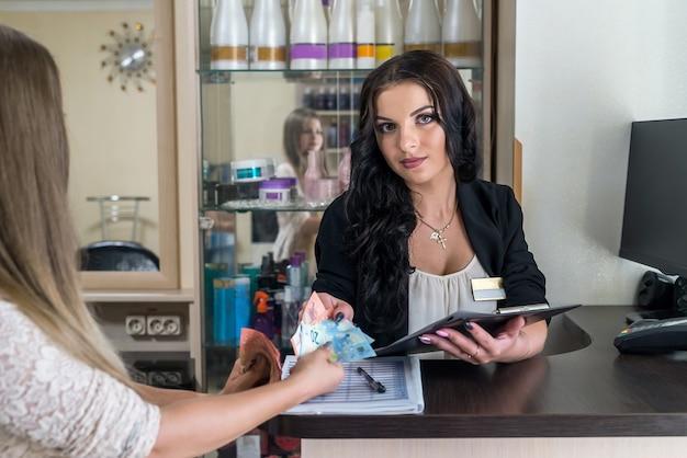 Le client satisfait va payer de l'argent à l'administrateur