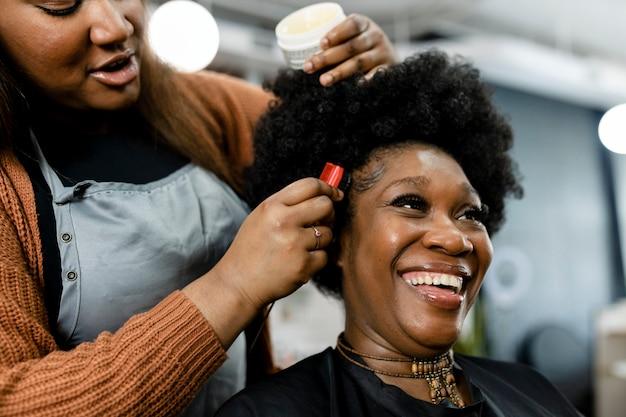 Client se faisant coiffer dans un salon de beauté