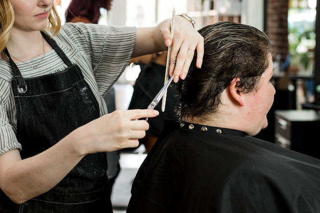 Client se faisant couper les cheveux dans un salon de beauté