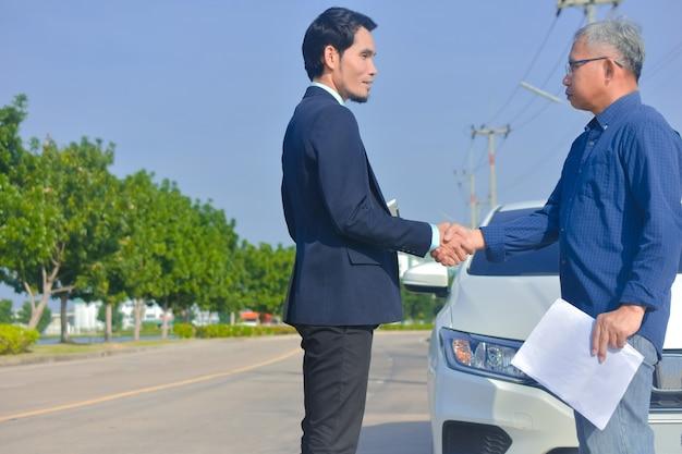 Client de service d'assurance automobile homme d'affaires