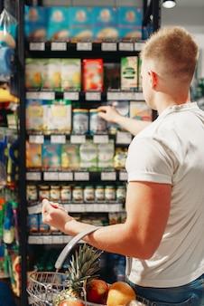 Client de sexe masculin choisissant des produits d'hygiène personnelle