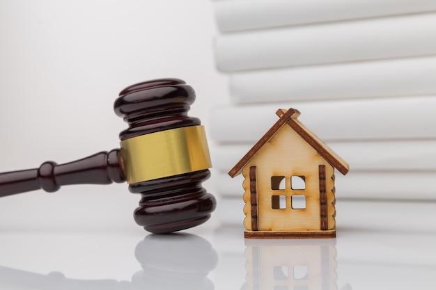 Le Client Signe Un Document De Prêt Immobilier Ou De Divorce Avec Un Agent Immobilier Ou Un Avocat. Photo Premium