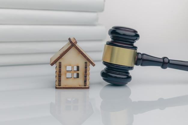Le client signe un document de prêt immobilier ou de divorce avec un agent immobilier ou un avocat.