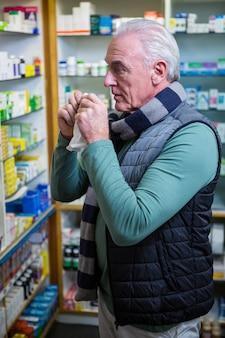 Client vérifiant des médicaments