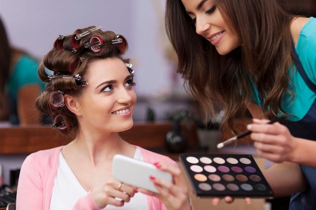 Cliente montrant le maquillage qu'elle veut