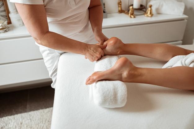 Cliente recevant un massage des pieds dans un salon spa
