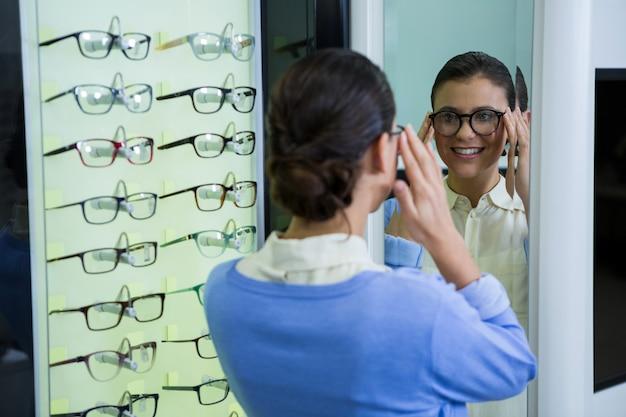 Clientèle portant des lunettes et vérification dans le miroir