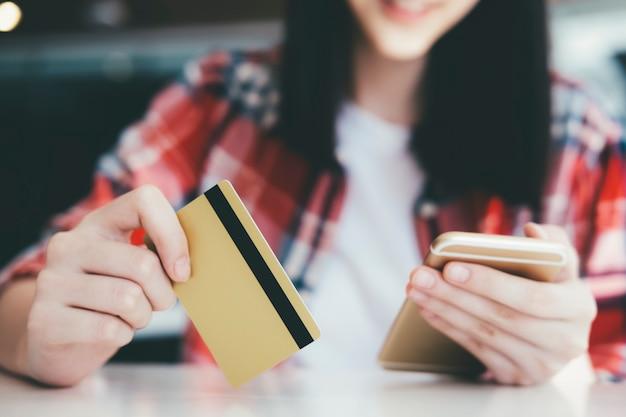 Les clients achètent en ligne paient par carte de crédit