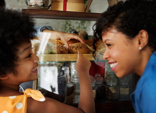 Clients choisissant du pain chez le boulanger
