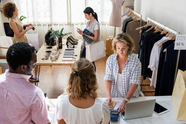 Les clients choisissent des choses dans un magasin de vêtements