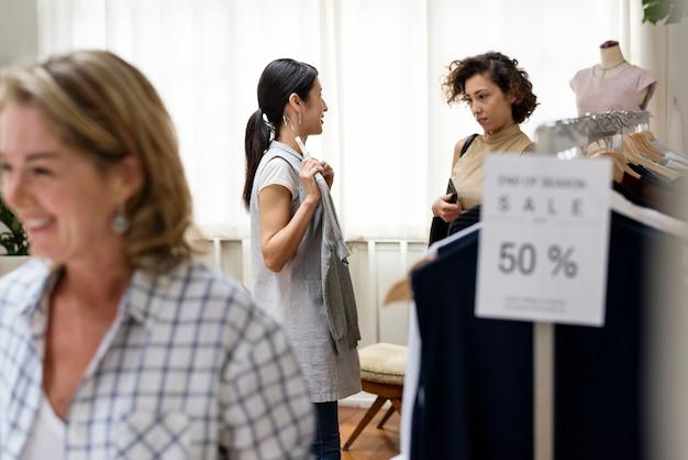 Les clients choisissent des produits dans un magasin de vêtements