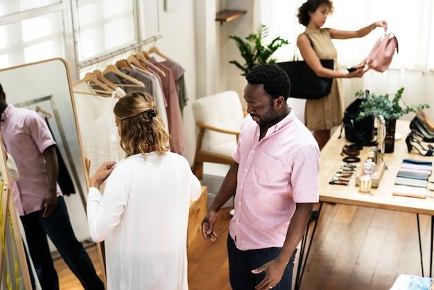 Les clients choisissent des vêtements à partir du rack
