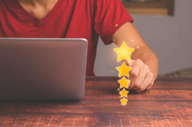 Les clients donnent une note de satisfaction de service cinq étoiles