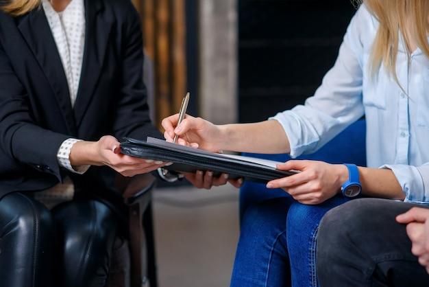 Clients femmes signant un contrat pour l'achat d'une nouvelle maison, appartement.