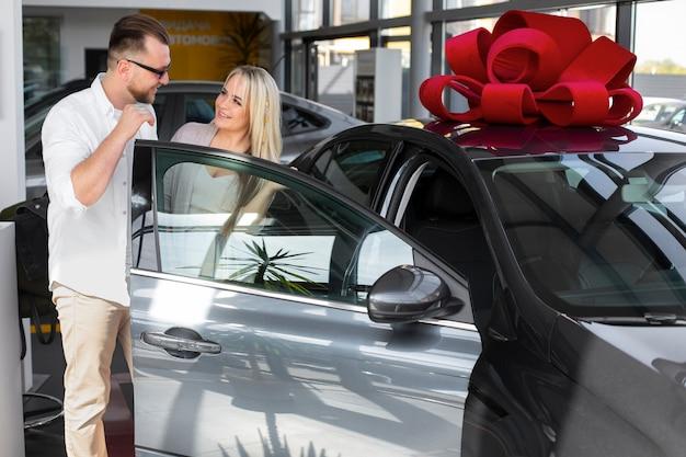 Clients heureux en concession automobile
