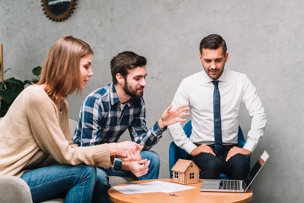Les clients parlent avec un agent immobilier