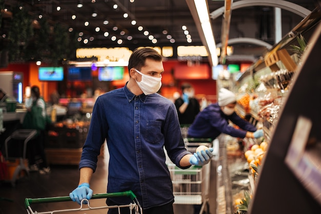 Les clients portant des masques de protection choisissent les produits dont ils ont besoin