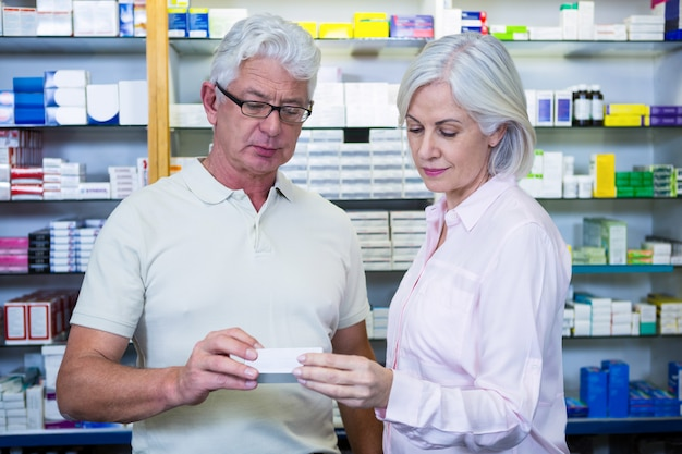 Clients vérifiant des médicaments
