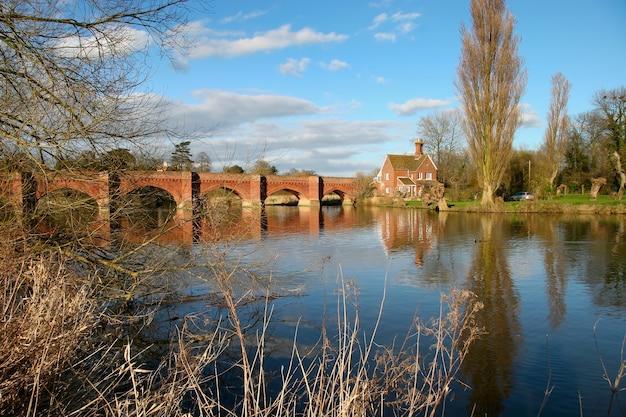 Clifton hampden, oxfordshire/uk - 25 mars : vue sur les arches du pont de clifton hampden oxfordshire le 25 mars 2005