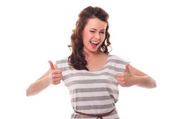 Clignotant femme montrant signe ok