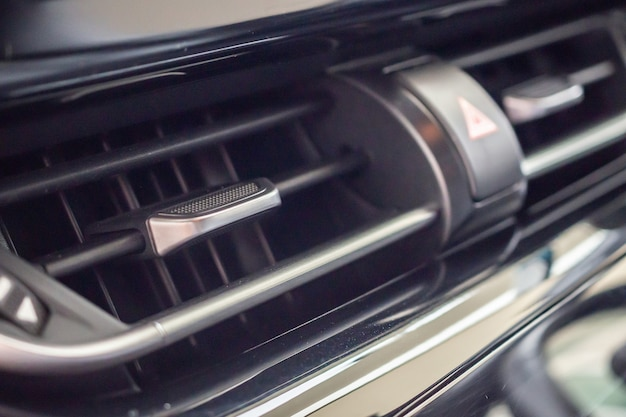 Climatiseur dans la voiture moderne se bouchent